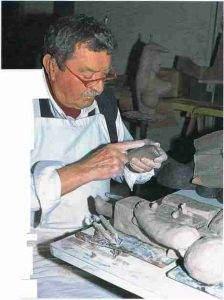 Roger Capron assemblage d%E2%80%99une %C5%93uvre model%C3%A9e en plusieurs parties. 224x300 - Le modelage et le sculpteur