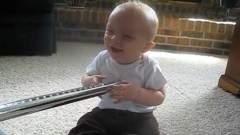 bébé - Un bébé mort de rire grâce à un aspirateur