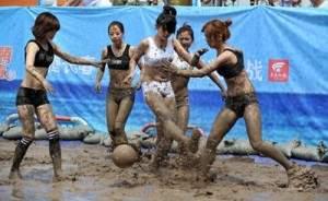 Tournois de football féminin en bikini/boue