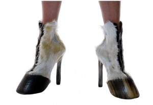 Chaussures avec des cadavres d'animaux