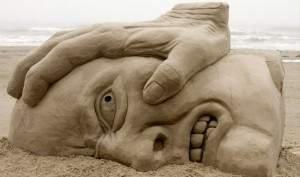 statue sculpture sable 300x177 - Insolite sculpture en sable
