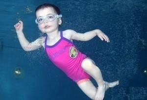 Bébé nage sans appareil respiratoire