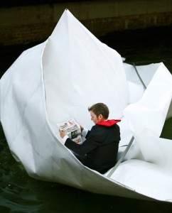Géant bateau en papier