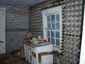 Maison avec des bouteilles