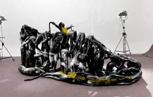 statue chaussure 300x190 - Des gymnastes forme de statue humaine de chaussures