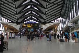 acceuil la gare ou laérogare1 - Comment le visiteur, le client, l'usager, perçoit-il la gare et l'aérogare ? Quelles en sont les images auprès du public ?