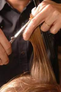 coupe 199x300 - Les differentes techniques utilisées en coiffure : Réaliser des coupes